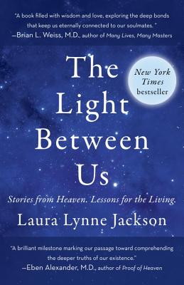 The Light Between Us: Stories from Heaven. Lessons for the Living. - Jackson, Laura Lynne