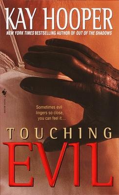 Touching Evil: A Bishop/Special Crimes Unit Novel - Hooper, Kay